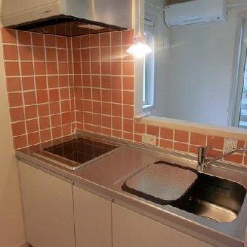オレンジタイルの可愛らしい対面キッチン*別部屋です