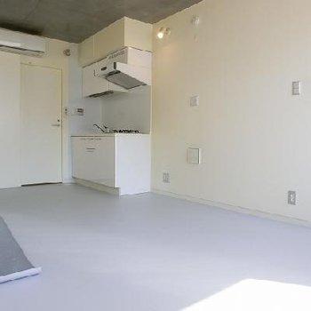 真っ白な空間。※画像は別室