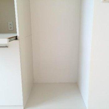 キッチン横には冷蔵庫スペースが