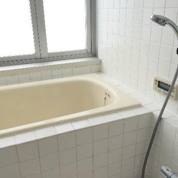 お風呂はタイル張りになってます、壁はガラス仕様