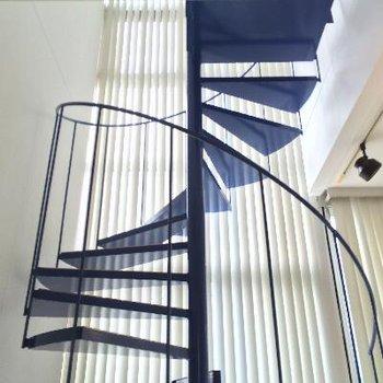 青色の螺旋がかわいい、3階と2階をつなぎます