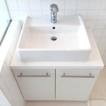 洗面台はコンパクトなサイズ、下の収納も嬉しい