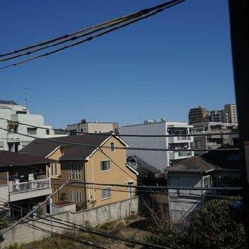 もうひとつの窓からは青空が。※同じ間取りの別部屋です