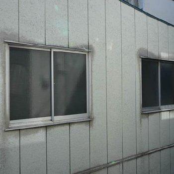 大きな窓の眺望だけはちょっと残念です。※同じ間取りの別部屋です