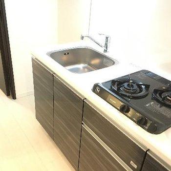 キッチンは二口ガス。スタイリッシュなデザインですね♪