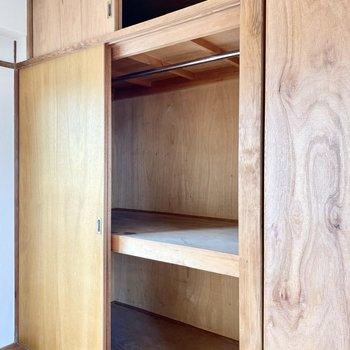 収納は押入れタイプ。下段にケースを入れると小物や衣服をきっちり収納できそう。