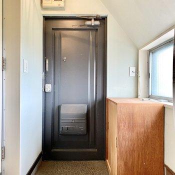 玄関。小窓があり、明るい印象です。