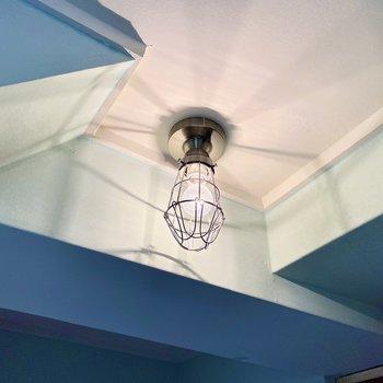 キッチンと玄関の照明。船内灯のようなインダストリアルなデザイン。