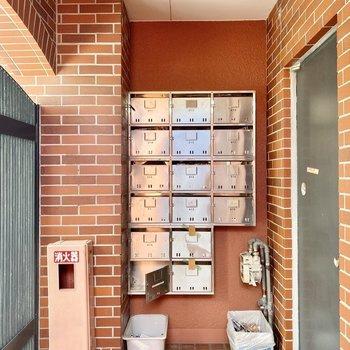 集合ポストは建物出入り口にあります。