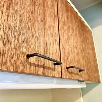 【ディティール】キッチンの木材はザラザラとした自然派な質感です。