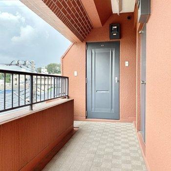 玄関前共用部。チャコールグレーのドアがアクセントに。