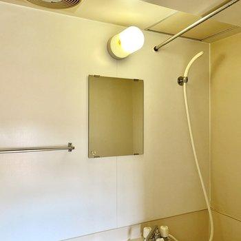 鏡とタオル掛けがついていますね。