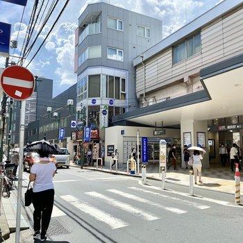 駅前。人通りが多く活気がありました。