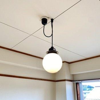 【ディティール】居室のペンダントライト。レトロなデザインが可愛いですね。