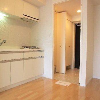 扉の奥はタイル張りの玄関と、洗濯機置き場。