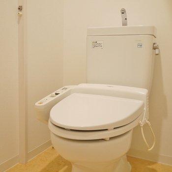 バスルーム横のトイレ。