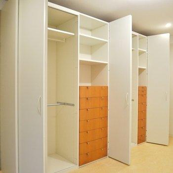 大きな収納。オレンジの棚がかわいい。
