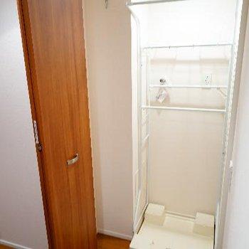 洗濯機は廊下に。扉で隠せます!