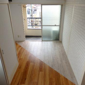 リビング奥。床のデザインがオシャレ