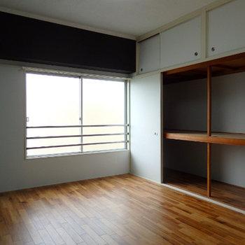 寝室。押し入れの収納にはなんでもしまえそう