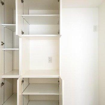 キッチンの後ろもこんなに収納スペースが