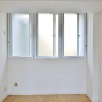3つも窓があるリビング横のお部屋。。