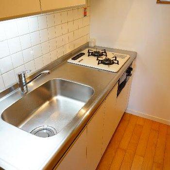 キッチンはゆったり2口ガス! ※写真は前回募集時のものです。