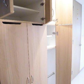 シューズボックスは小さな棚で。閉まっているのは洗濯機置場です