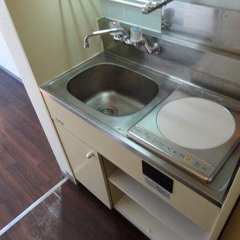 キッチンはコンパクトうえにはちょっとした収納が!