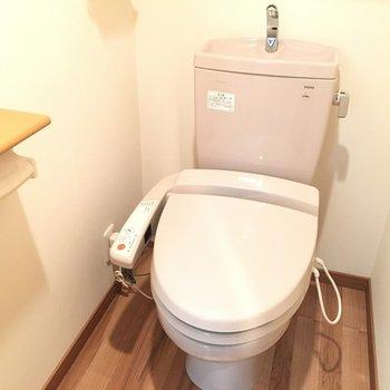 トイレ。ペーパーホルダーの木がかわいい