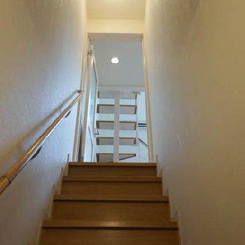 まず1階の玄関から階段をのぼりまして※写真は反転タイプ
