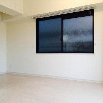 こちらの窓はおとなりさんに面しています。※写真は同間取り、別部屋です