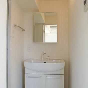 洗面台。広め大きめゆったりめ。※写真は同間取り、別部屋です