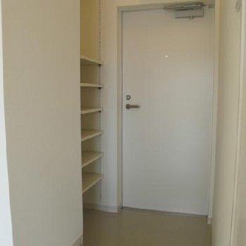 玄関周りは白で統一※写真は同間取り、別部屋です