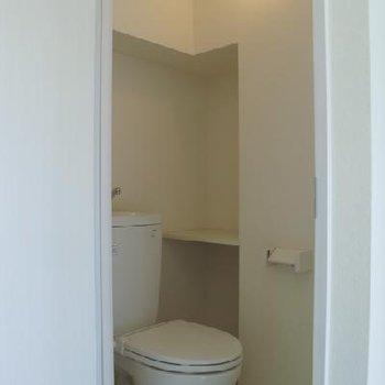 トイレは収納充実してます。※写真は同間取り、別部屋です