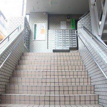 階段を上って、2階からエレベーターに乗ります