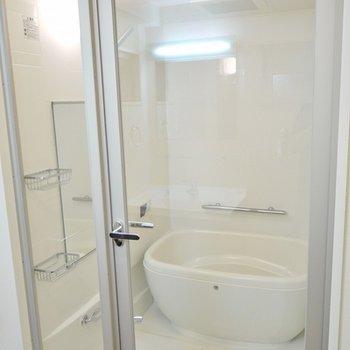 バスルームはシースルー。
