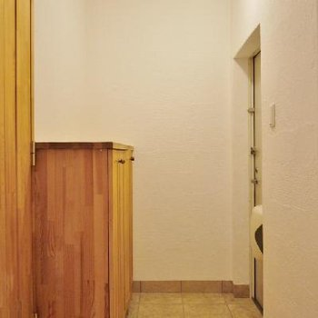 玄関にも天然素材の靴箱。