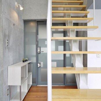 階段と玄関。