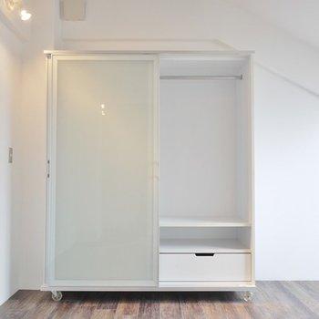可動式収納付きの洋室。