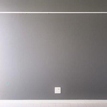 壁はシンプルにスモーキーブラック。