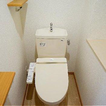 トイレはウォシュレットとペーパーホルダーがたくさん!