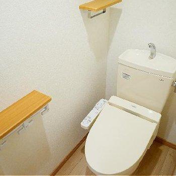 トイレはウォシュレトつき!ペーパーホルダーがたくさん!