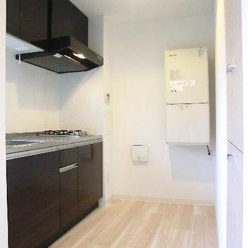 キッチンは広めスペース。炊飯器やコーヒーメーカーも余裕で置けそう♪