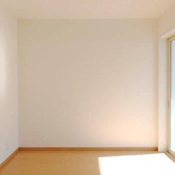 寝室は6帖の広さ。