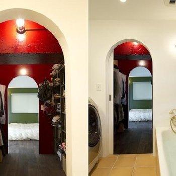 ウォークスルークローゼット。奥は寝室へとつながる。バスルームからアーチをくぐって真っ赤な私の宝箱へ♪今日は何を着て行こう?