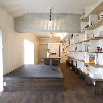 キッチンサイドは一段上がった和空間。キッチンバックは大きな大きなオープンシェルフ。あなたの腕の見せ所