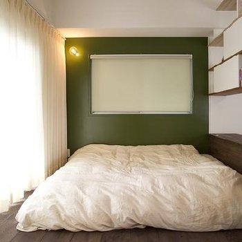 寝室にも、モスグリーン。シックなブラウンウッドに似合いすぎです。落ち着いた気持ちで眠れそう。