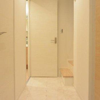 2F廊下、手前にトイレ、奥が水周りです