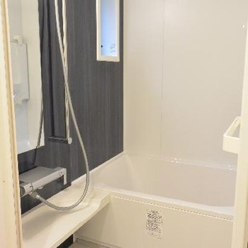 2Fお風呂。小窓がいいですね!